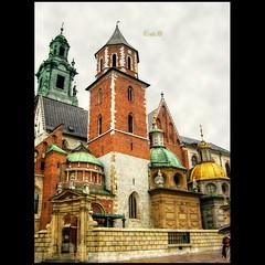 Kracow - Katedra Wawelska (Sigismund Chapel) (in eva vae) Tags: rain umbrella gold cathedral bricks poland dome copper cracow hdr bifora bej katedrawawelska sailsevenseas bartolomeoberrecci tuscanrenaissance