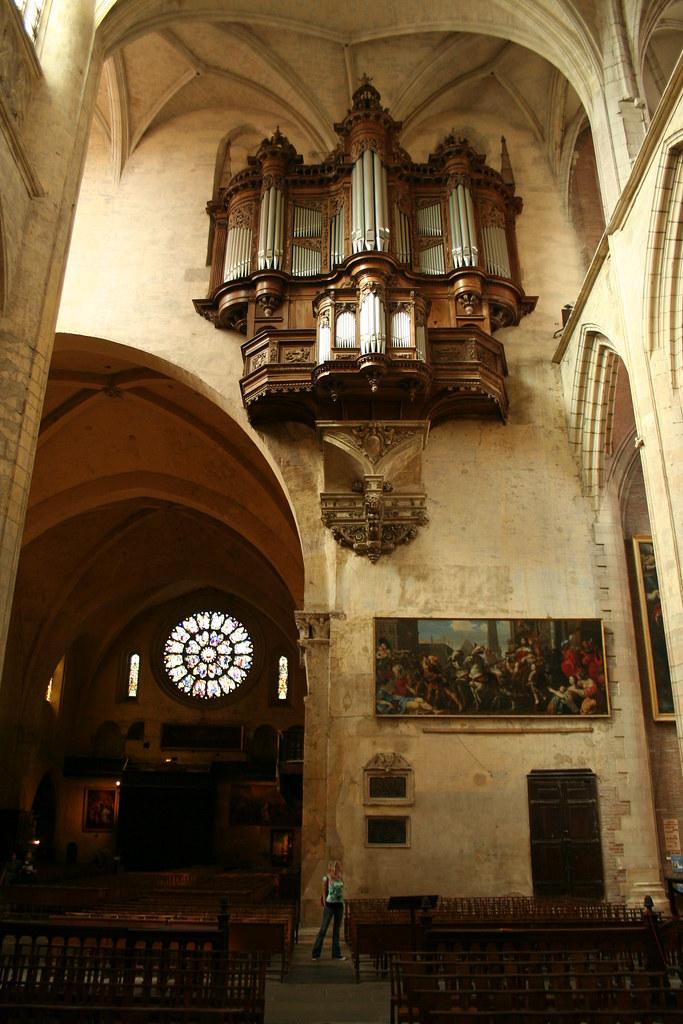 Regardez la taille de la cathédrale par rapport à la personne....