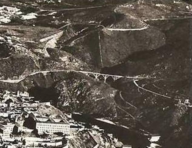 Fotografía aérea del antiguo Puente de la Degollada (derrumbado en 1973)