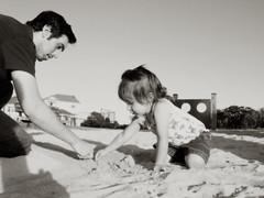 (UrbanDorothy) Tags: family bw beach sepia de daddy bay tim sand elise drawing father ellie timothy et fatherhood tk fatherdaughter weddingslideshow summer2009
