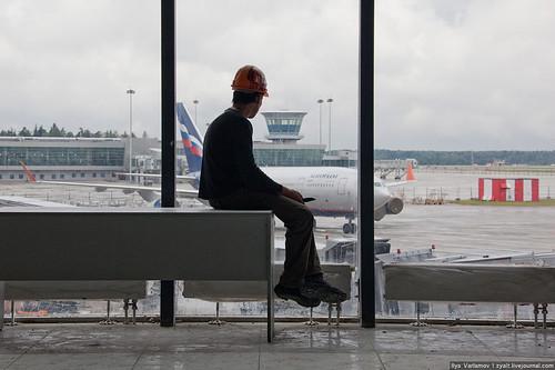 ВШереметьево самолет при взлете сбил мужчину