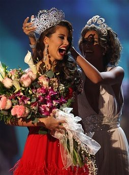 Stefania Fernandez wins Miss Universe 2009 crown