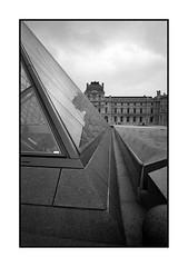 Pyramide du Louvre (Phil C3) Tags: paris film louvre argentique pyramidedulouvre leicam4p
