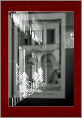 Deko im Raster (menzelhd) Tags: deko dekoration fenster raster spiegelung digiart sw schmuck blumen