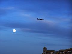Luna y avion sobre Dalt Vila (ibzsierra) Tags: blue sky moon azul plane kodak air luna ibiza cielo eivissa avion baleares lluna yourcountry