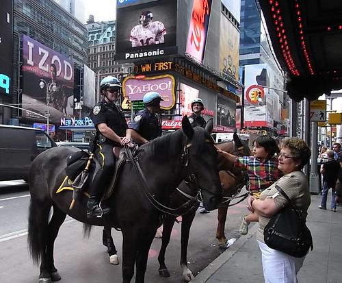 ウマと警官と子供 in タイムズスクエア