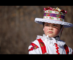 Sguardo attento (papuff24) Tags: colour look costume colore child sguardo disfraz carnaval sombrero mirada carnevale nio espera carneval cappello ragazzo attesa bambino tipico alpino tradizione valvaraita attento costumetipico sampeyre bao sguardolontano