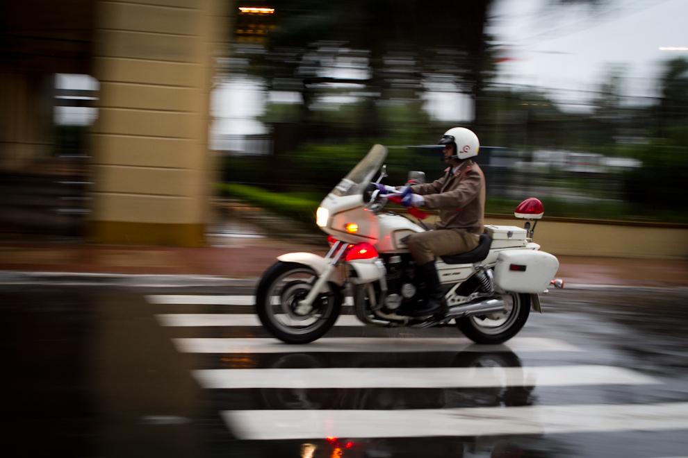 Bajo la copiosa lluvia del sábado 14 de Mayo, minutos antes del desfile, las fuerzas policiales y de seguridad trabajaban arduamente. (Tetsu Espósito - Asunción, Paraguay)
