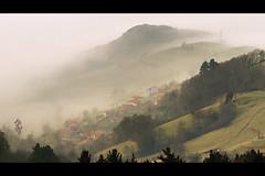 Misty Asturias (elosoenpersona) Tags: morning espaa mist mountain verde misty fog spain bravo asturias sierra amanecer pico montaa fios paraiso soe niebla arriondas mirador fito cuesta picu parres asturies villar sueve pienzu nieblas cofio abigfave platinumphoto anawesomeshot elosoenpersona asturiasnatural