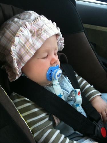 Amelie sover i bilen