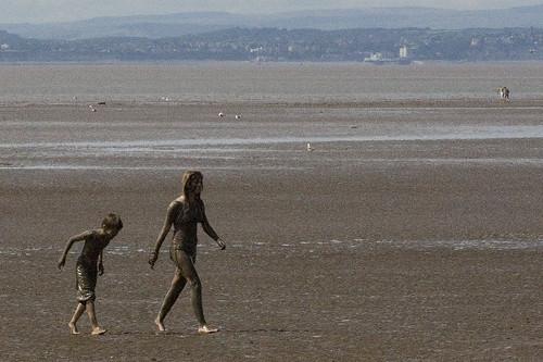 Подгляделки в кустах, фото стройная голая девушка юбка без трусов