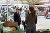 Gespräch auf dem Wochenmarkt