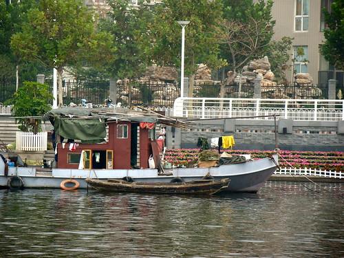 2 - una embarcación