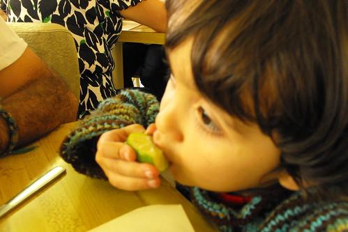 Comiendo un limón