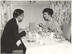 食事デートを楽しむ男女