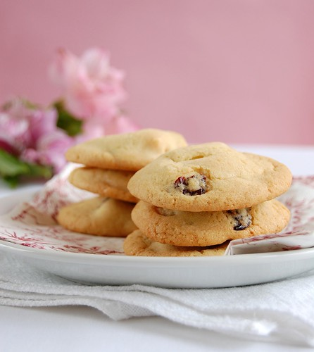 White chocolate cherry cookies / Cookies com cerejas secas e chocolate branco