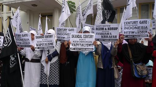 Manifestation du Hizbut-Tahrir Indonesia (HTI) à Bandung, représentant la frange la plus radicale de l'électorat musulman, très sensible aux questions de corruption (Ryo Saeba/www.flickr.com).