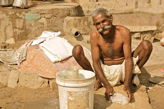 Homme-lessive-sourire... 3 mots pourtant incompatibles!!?! (semaryp) Tags: india man water smile bucket eau cleaning clothes laundry sourire linge rajasthan homme inde seau lessive semaryp