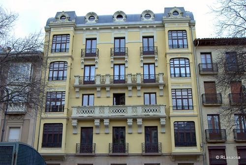 Edificio en la calle Nueva, con fachada a la Plaza de San Francisco