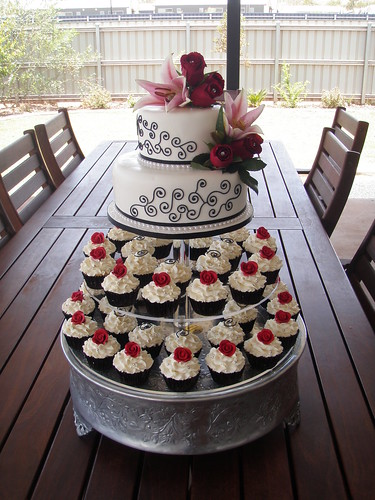 Mossy 39s Masterpiece Kiara 39s wedding cake cupcakes white black Red