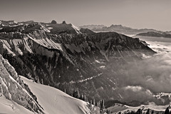 La mer de Brouillard au Valais , the sea of clouds &  the Rochers de Naye . No, 6232. (Izakigur) Tags: sea bvalais vaud alpes alps alpen alpi blackwhite 2017 snow winter swiss lasuisse laventuresuisse liberty ilpiccoloprincipe thelittleprince frozen suisseromande romandie valais wallis cantonvaud kantonwallis tourdemayen latourdemayen latourdaï nikond700 nikkor nikkor2470f28 izakigur nature flickr lecantondevaud vd topf25 100faves 200faves 250faves 300faves 500faves