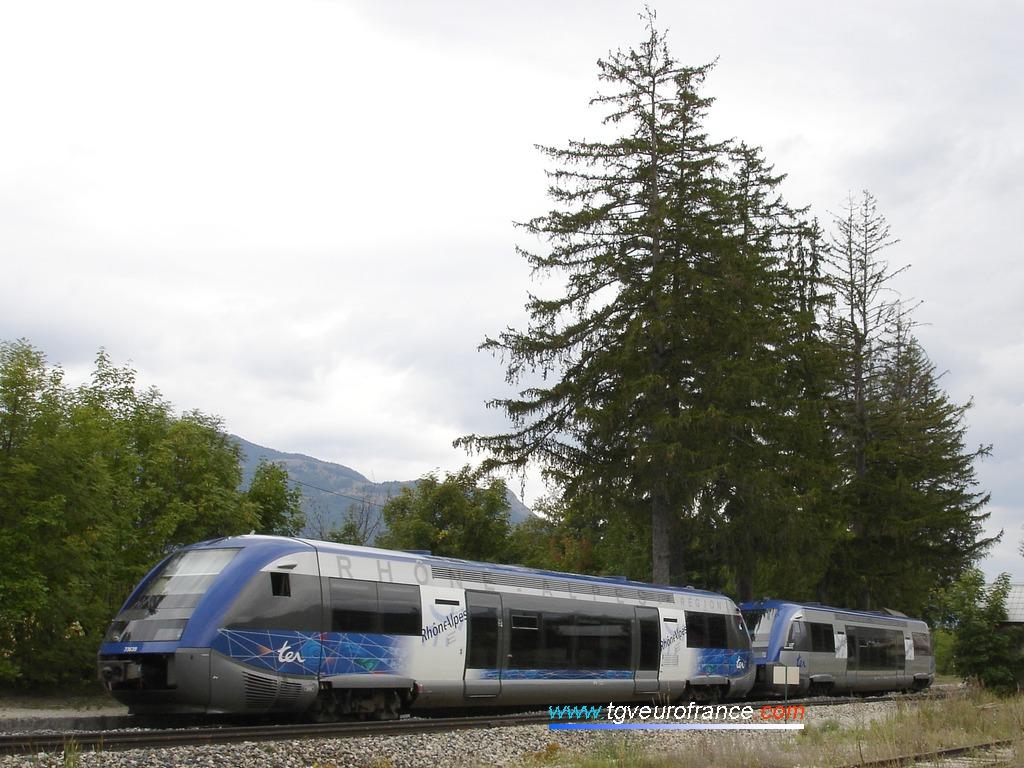 Deux autorails Diesel ATER de la SNCF en UM entrent en gare de La Freissinouse.