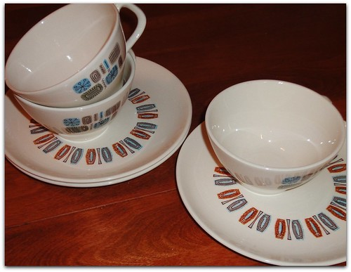 VINTAGE 50'S CANNONSBURG POTTERY TEMPORAMA MUGS AND OTHER PLATES