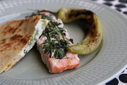 Quesadilla med bondbönor och grillad lax