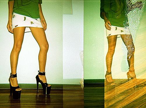 Porfín ha venido Marijuana, dónde te habías metido? MJ lleva blusa de Abril, minifalda de We are Brasil y plataformas de Moda Peligrosa.
