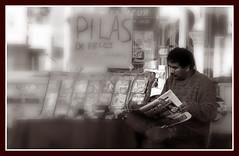 Rato para la lectura (Hotu Matua) Tags: people vendedor leute leer diario pirata lectura peridico ambulante