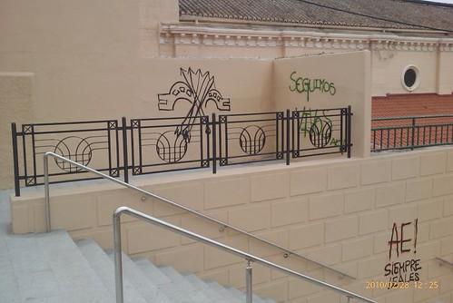 Pintadas en las nuevas escaleras del Sagrado Corazón