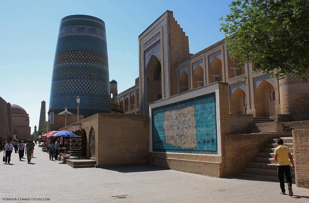 Madrasa Amin Khan. On voit la carte de Khiva, et le minaret inachevé, Kalta Minar.