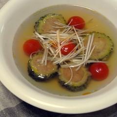 ゴーヤの鶏肉詰めとトマトのスープ