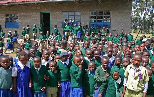 Børn og lærer på Githabai Primary School. Fotograferet af Livingstone Rejser