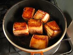 豚肉を焼きます