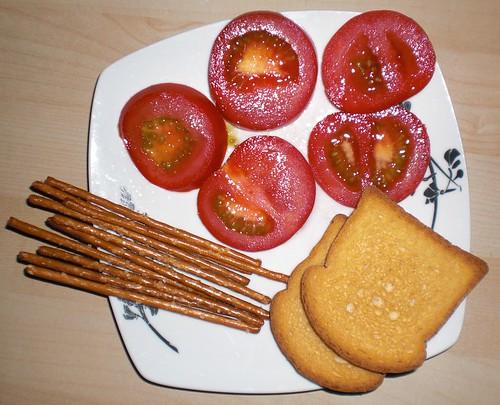 Zwieback, Salzstangen, Tomaten (damits besser rutscht).