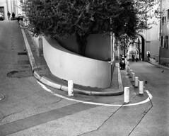 situation difficile (2009_047_009) (mgphoto.net) Tags: old bw france 120 mamiya film analog mediumformat nice frankreich cotedazur 7 scan scanned epson medium format neopan analogue 6x7 nizza vieux nissa 80mm mamiya7 v700 mittelformat autaut