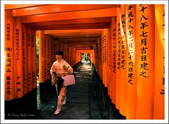 Chemin rouge 1 (tany_kely) Tags: red woman japan architecture digital canon rouge temple eos kyoto shrine inari gates path femme kimono torii japon chemin taisha fushimi portes sanctuaire 450d rebelxsi
