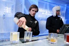 Bartender Kris syns det er kult å skulle jobbe i norges første ICEBAR.