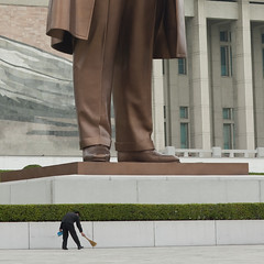 Kim Il Sung was a tall man - Mansudae Grand Monument (Eric Lafforgue) Tags: statue war asia korea cleaning clean asie coree northkorea dprk 2061 coreadelnorte nordkorea    coreadelnord   insidenorthkorea  rpdc  kimjongun coreiadonorte