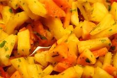 Ananas-Papaya-Salat mit Chili und Koriander