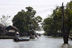 Traffic Up Ahead (Boris Hamilton) Tags: cambodge cambodia floatingvillages kampongchhnang