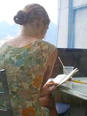 Leitora da UERJ (Pedro Galdino) Tags: livro vestido uerj estampado leitora