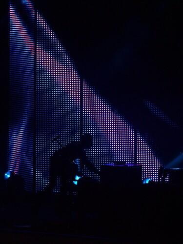 Un immagine tratta da un concerto del GIANNADREAM TOUR con il grande cilindro luminoso sullo sfondo