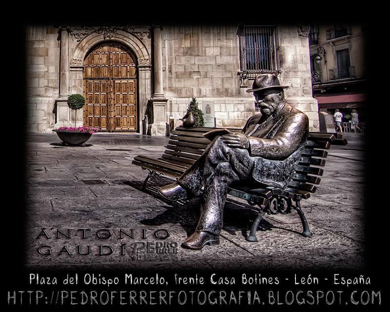Antonio Gaudí frente a su Casa Botines en León - El cazador de bancos - Bench Hunter Part XVII
