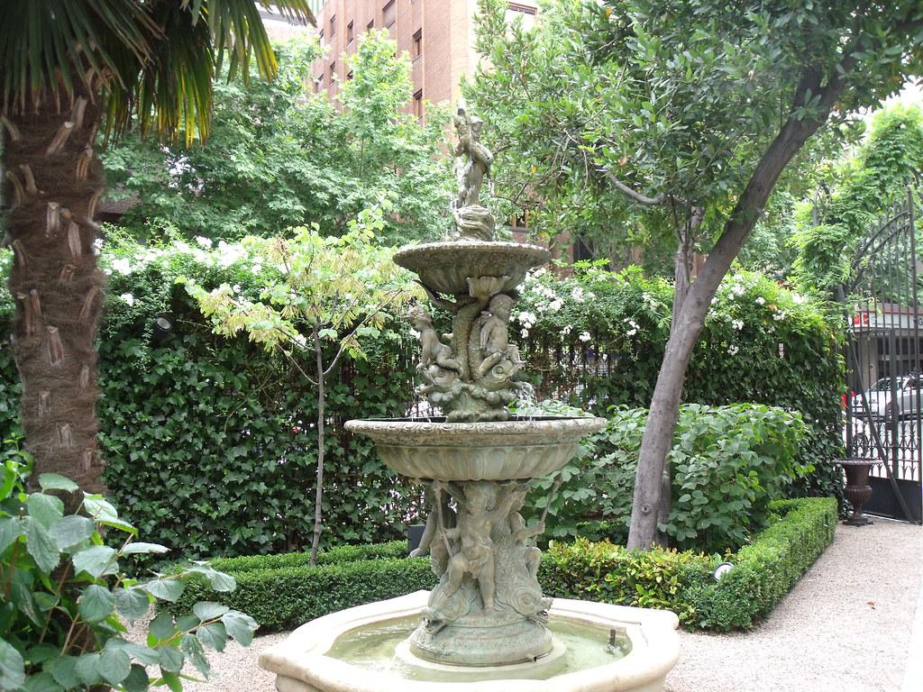 Fuente en el jardin de un palacete