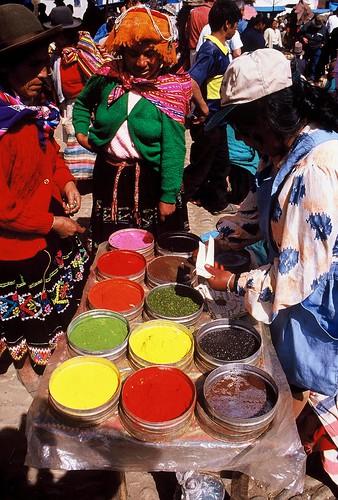 Foto från tidigare resa där jag fastnade på marknad intill en kvinna som sålde färg på ett underbart sätt.