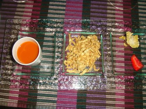 Zumo de naranja y zanahoria; pan crujiente de atún y fresa; y su versión del rissoto con queso parmesano