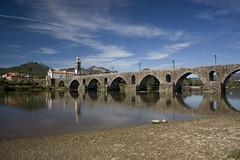 Ponte de Lima (_madmarx_) Tags: bridge sea sky portugal azul stone architecture arquitectura sand chapel pedra cpl vianadocastelo piedra auga filtro riolima pontedelima stoantonio canoneos450d madmarx