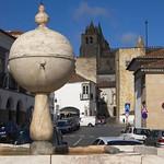Évora: Fountain of Portas de Moura square